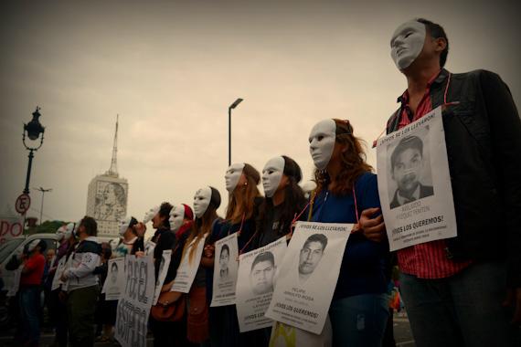 Caravana por los 43 normalistas de Ayotzinapa
