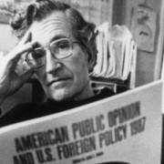 Chomsky y el papel de las corporaciones en los medios de comunicación