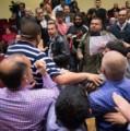 Violenta agresión a militantes en escrache a Felipe Solá