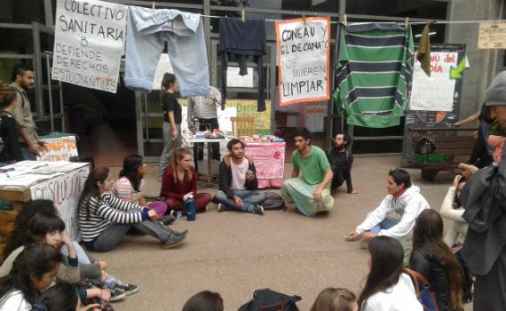 Las carpas siguen inmóviles en la Facultad de Psicología en Córdoba