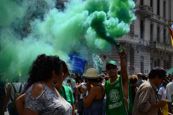 Primera marcha multitudinaria contra el gobierno de Macri