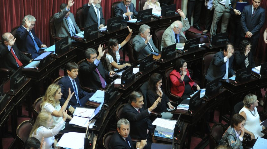Con la pesada herencia kirchnerista, se votó la ley que querían los buitres