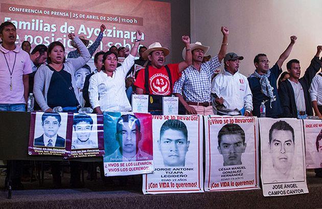 Ayotzinapa: a 19 meses, familiares repudian la salida de los expertos de la CIDH