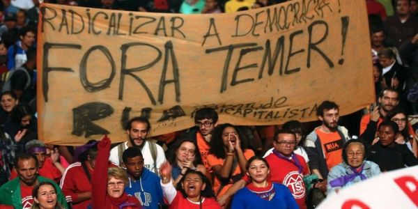 Policías y manifestantes se enfrentan afuera del Congreso de Brasil