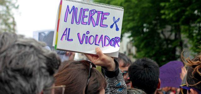 Policía abusador en el banquillo, y en las calles el grito por justicia