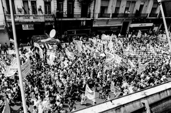 Democracia en la calle frente a un gobierno sin reacción