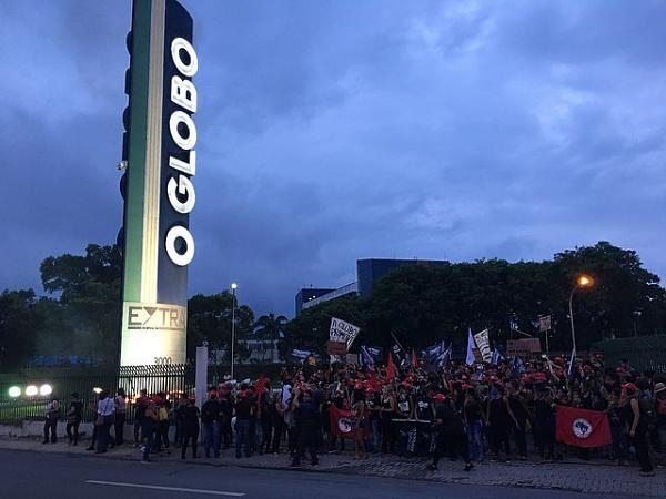 Mujeres protestan en las instalaciones de las Organizaciones Globo en Rio de Janeiro