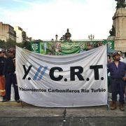 """Contra los despidos de mineros en Río Turbio: """"Acá están, estos son, los obreros del carbón"""""""