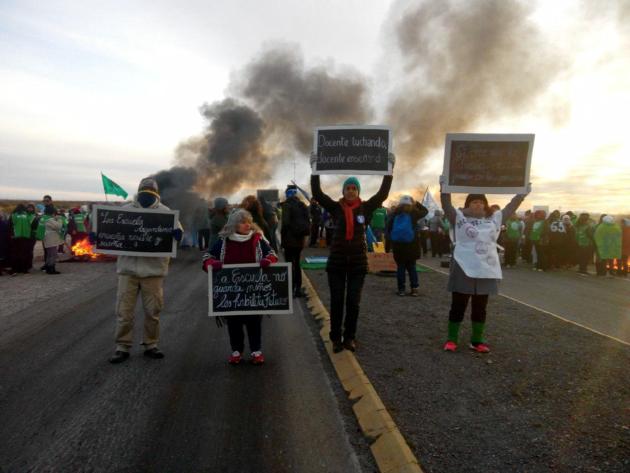 Chubut: docentes enfrentan al frio  gobierno provincial