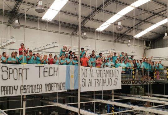 """Los y las trabajadores de Sport Tech realizaron un """"maquinazo"""""""