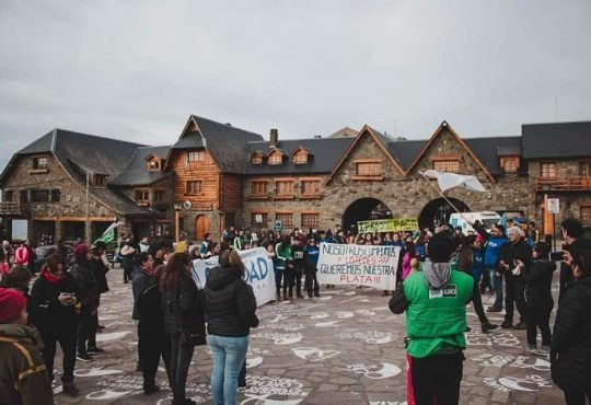 En Bariloche protesta de trabajadores y trabajadoras de salud: le dicen No al monopolio en salud