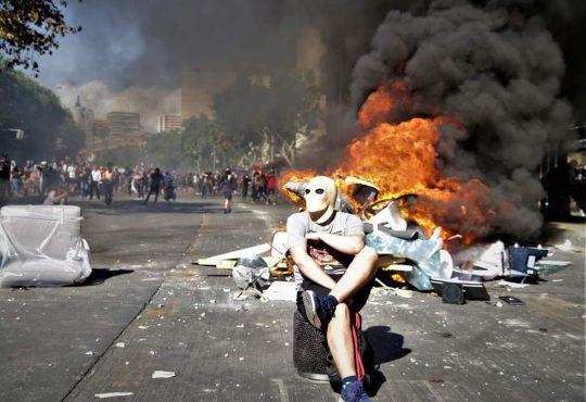 A 10 días de la crisis en Chile: cómo volver a la normalidad, si aun no se seca la sangre