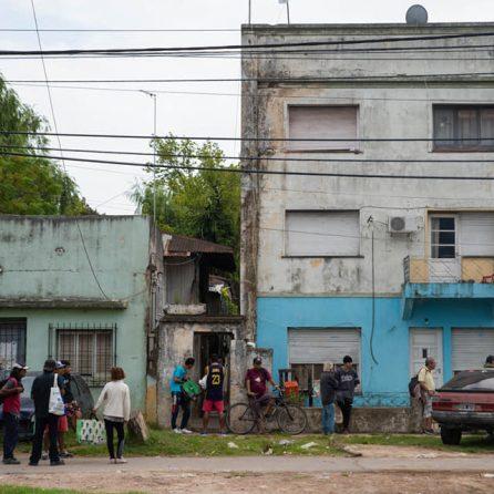 las personas hacen fila para ingresar a un supermercado, debido al distanciamiento social en plena cuarentena obligatoria en la provincia de buenos aires, Argentina.