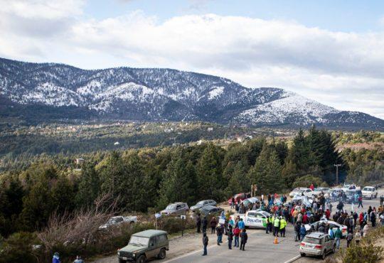 """Banderazo patriótico en Bariloche: """"el relato de estigmatización hacia el pueblo mapuche"""""""