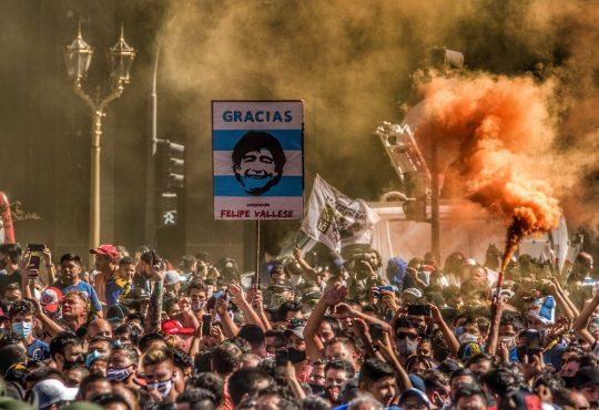 Yo me muero como viví: crónica de la agitada despedida a Maradona